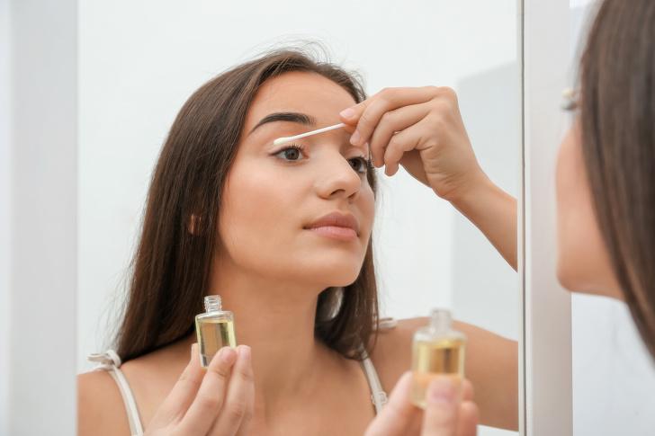 Без грим навик 5: Нанесете рициново масло върху миглите си.