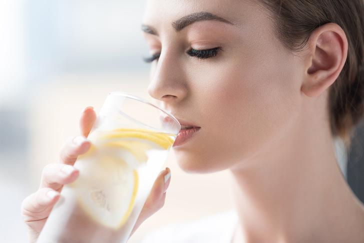 Разкрасителен навик 7: Пийте лимонова вода.
